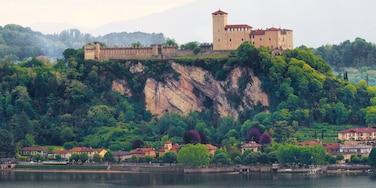 Angera mostrando piccola città o villaggio e fiume o ruscello