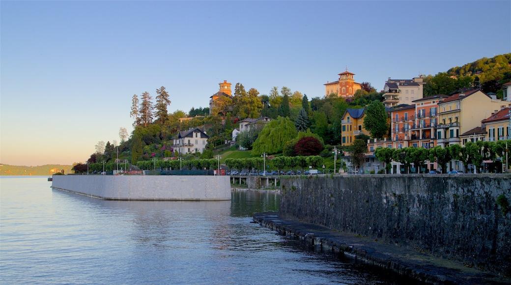 Stresa che include piccola città o villaggio, tramonto e fiume o ruscello