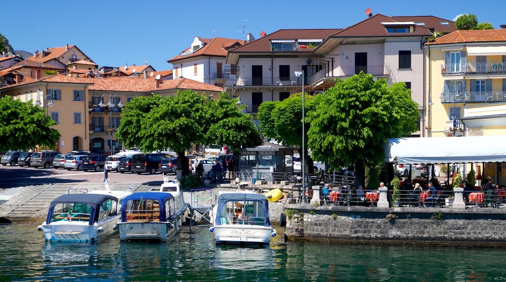 Baveno welches beinhaltet Bucht oder Hafen und Kleinstadt oder Dorf