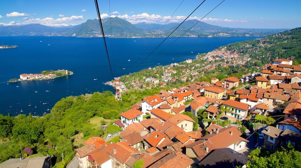 Funivia Stresa-Alpino-Mottarone mettant en vedette gondole, lac ou étang et ville côtière