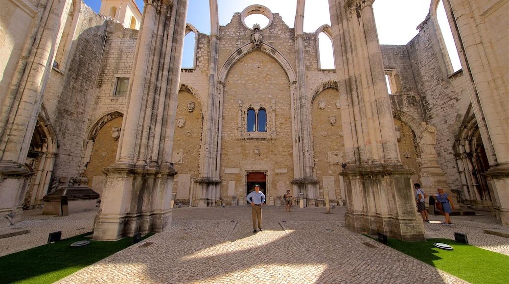 Convento do Carmo welches beinhaltet Straßenszenen und historische Architektur sowie einzelner Mann