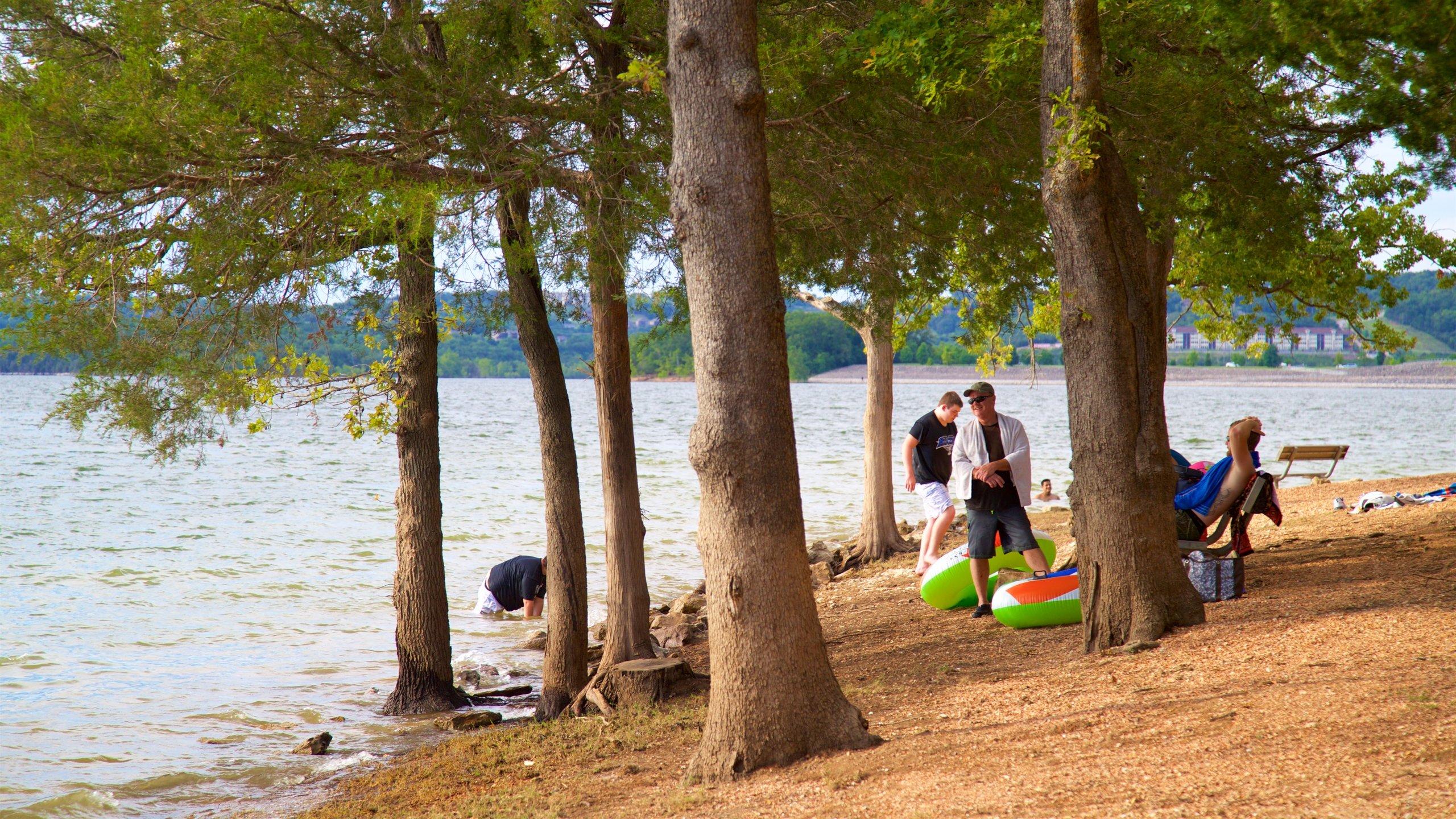 Table Rock Lake johon kuuluu järvi tai vesikuoppa ja ranta sekä pieni ryhmä ihmisiä