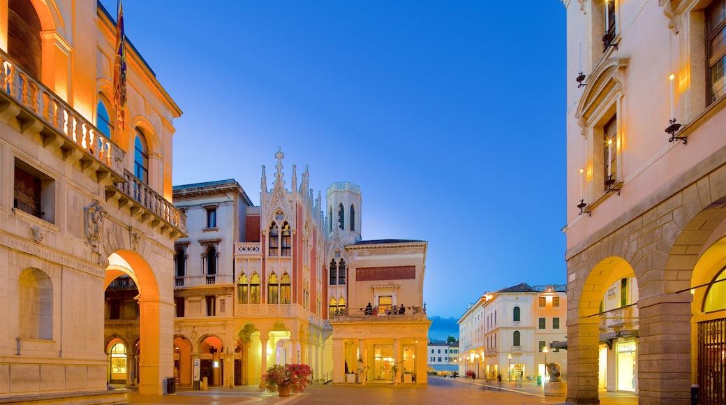 Caffè Pedrocchi che include paesaggio notturno, città e architettura d\'epoca