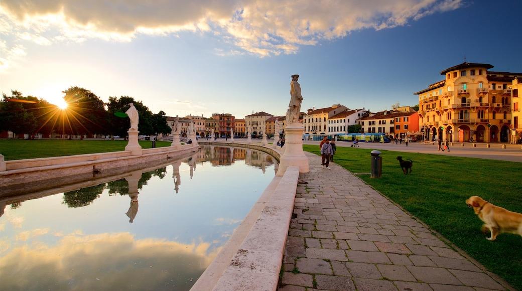 Prato della Valle ซึ่งรวมถึง สวน, พระอาทิตย์ตก และ แม่น้ำหรือลำธาร