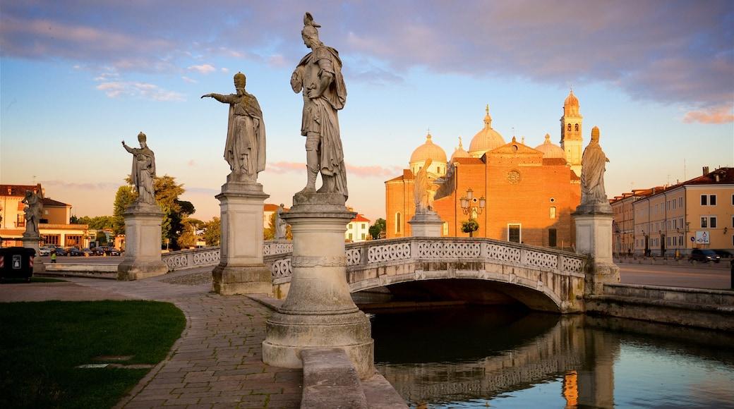 Prato della Valle mit einem Statue oder Skulptur, Brücke und Sonnenuntergang