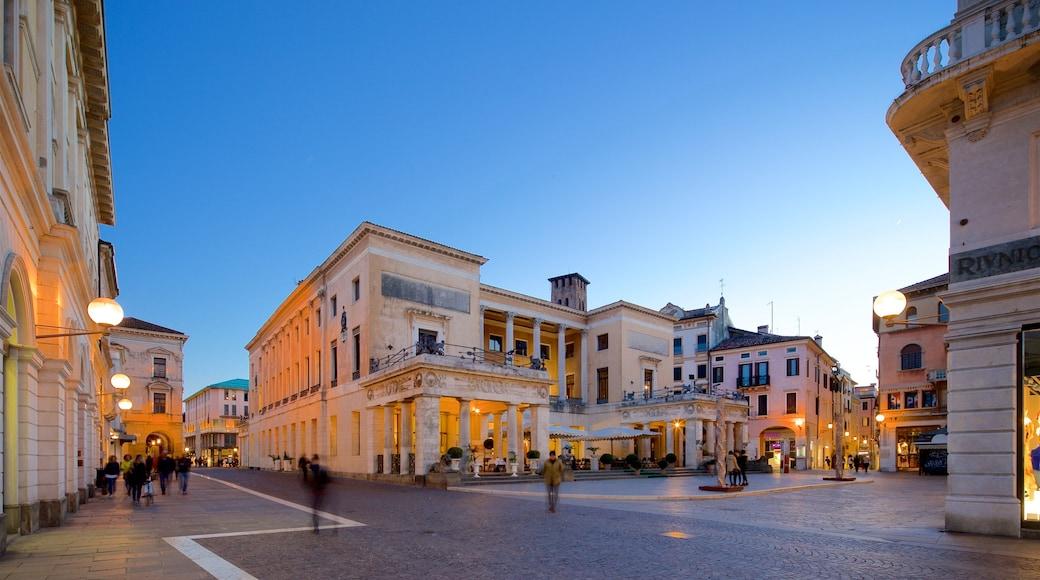 Caffè Pedrocchi che include piazza, paesaggio notturno e oggetti d\'epoca