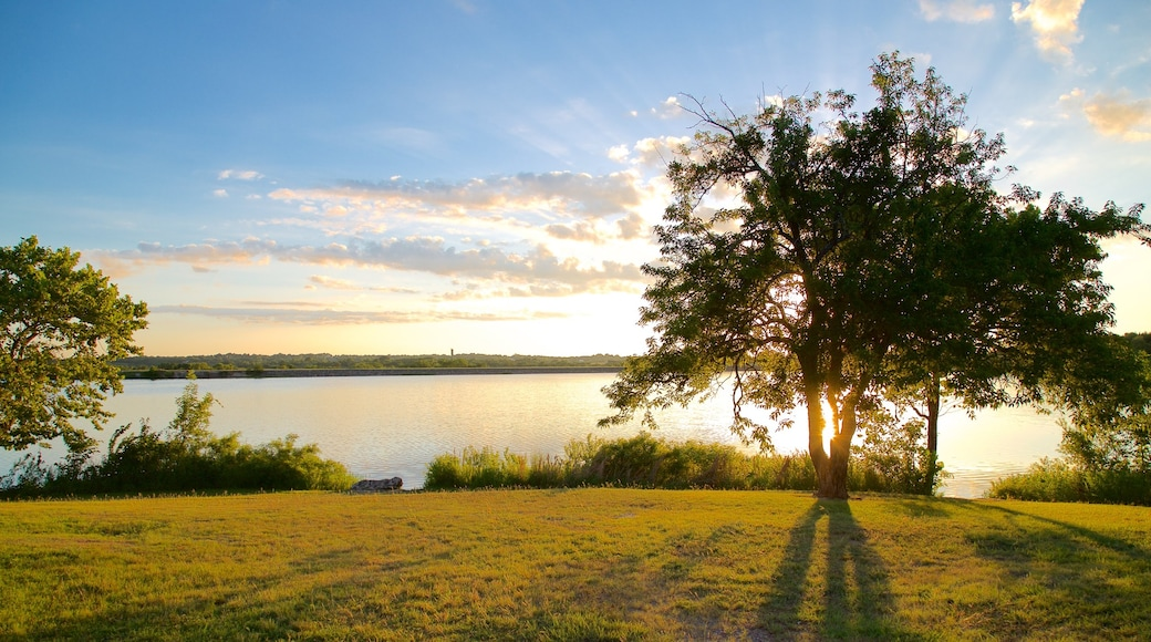 Veteran\'s Lake showing tranquil scenes, a lake or waterhole and a sunset