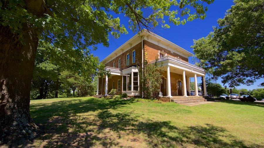 Five Civilized Tribes Museum johon kuuluu perintökohteet ja talo