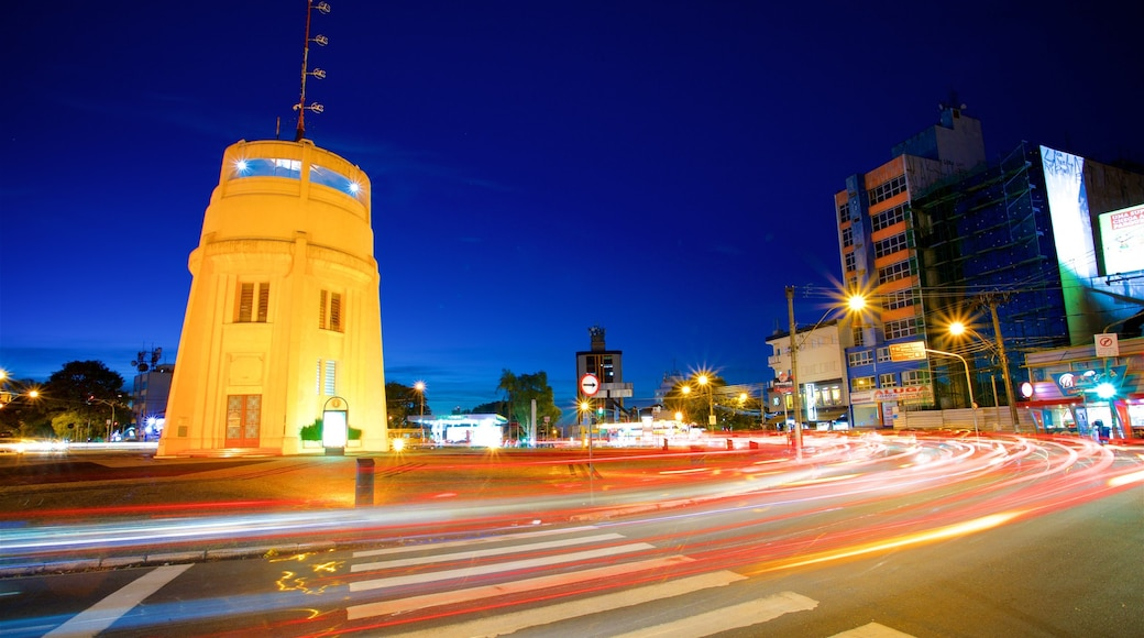 Torre do Castelo caracterizando uma cidade e cenas noturnas