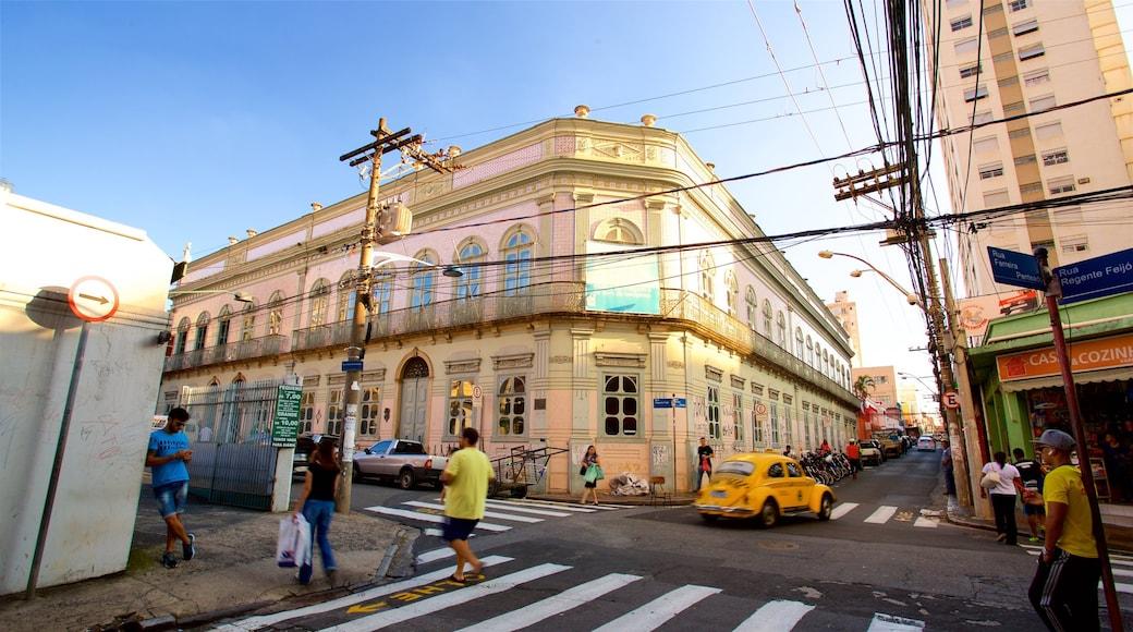 Museo de Imagen y Sonido ofreciendo imágenes de calles y elementos patrimoniales y también un pequeño grupo de personas