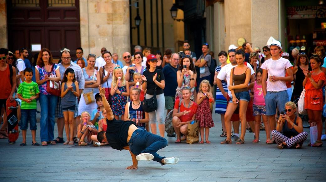 Barcelona toont straten en straatoptredens en ook een grote groep mensen