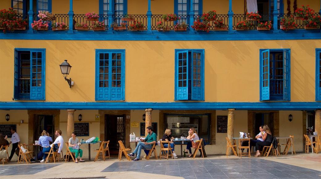 Casco antiguo ofreciendo comidas al aire libre y también un grupo pequeño de personas