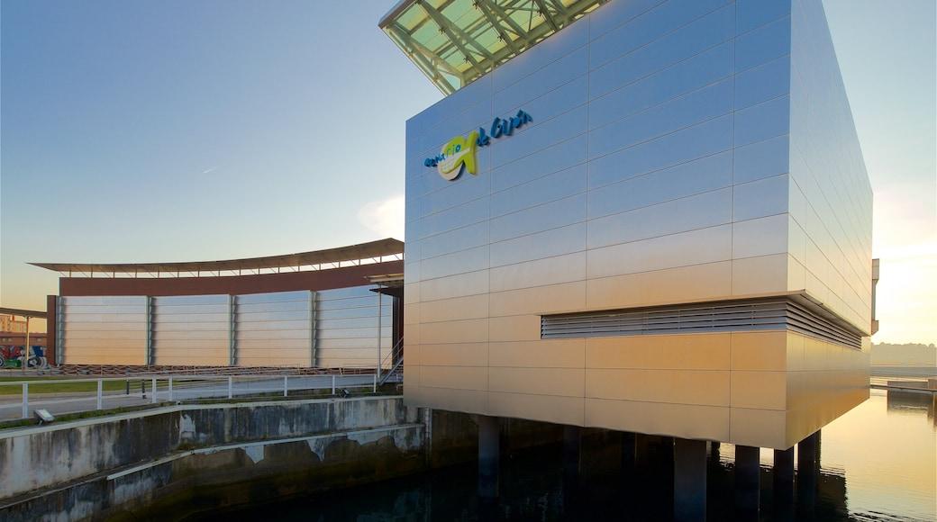 Aquarium van Gijón toont een zonsondergang, moderne architectuur en bewegwijzering