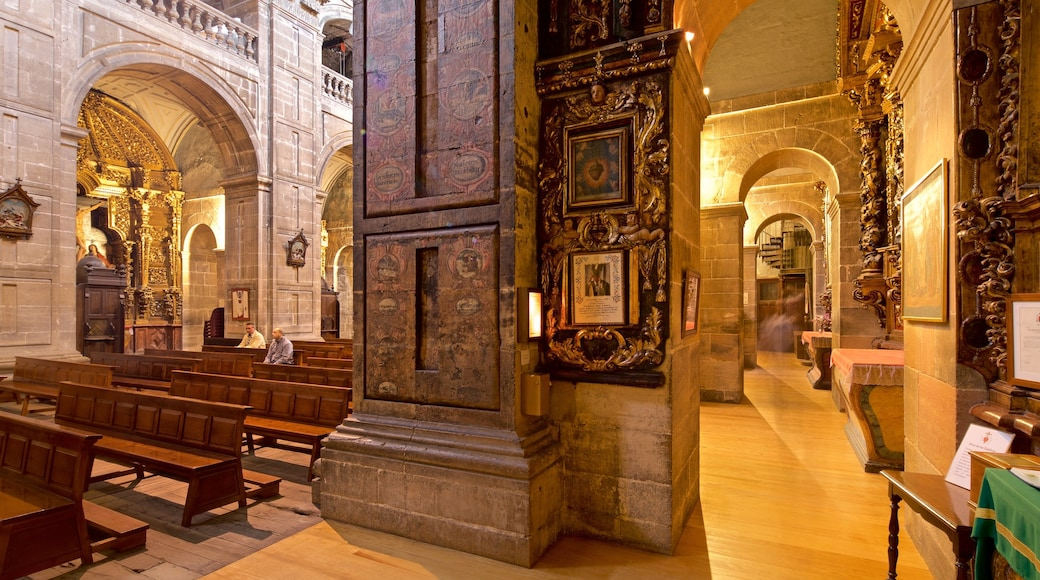 Iglesia de San Isidoro ofreciendo vistas de interior, una iglesia o catedral y elementos patrimoniales
