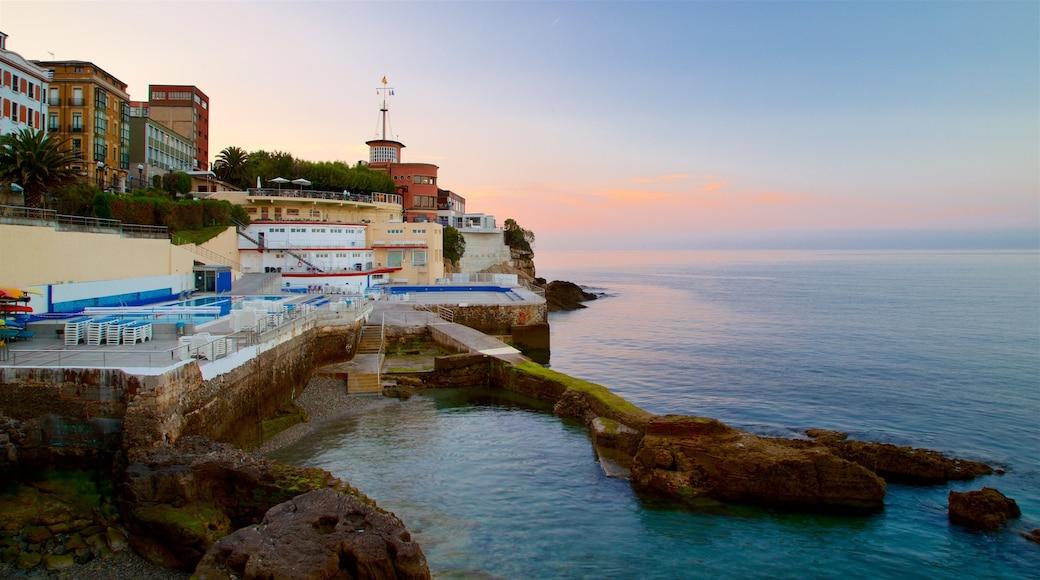 Gijón das einen allgemeine Küstenansicht, Sonnenuntergang und Küstenort