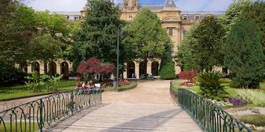 Plaza Guipúzcoa mostrando un parque, flores y elementos patrimoniales