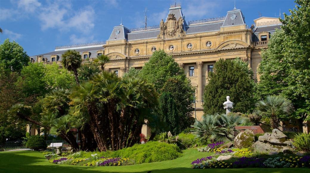 Plaza Guipúzcoa ofreciendo flores, arquitectura patrimonial y un parque