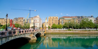 Pont María Cristina mettant en vedette ville, pont et rivière ou ruisseau