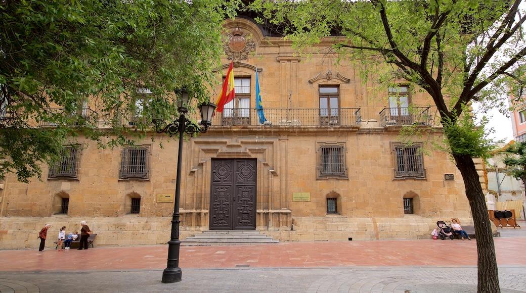 Plaza de Porlier showing heritage elements