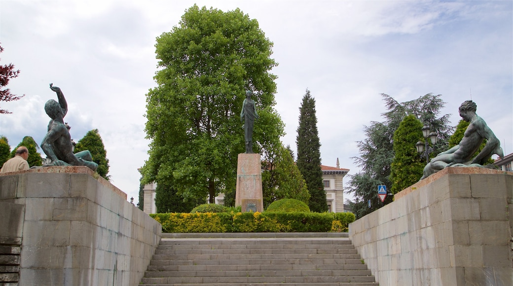 Plaza de Espana featuring a statue or sculpture and a garden