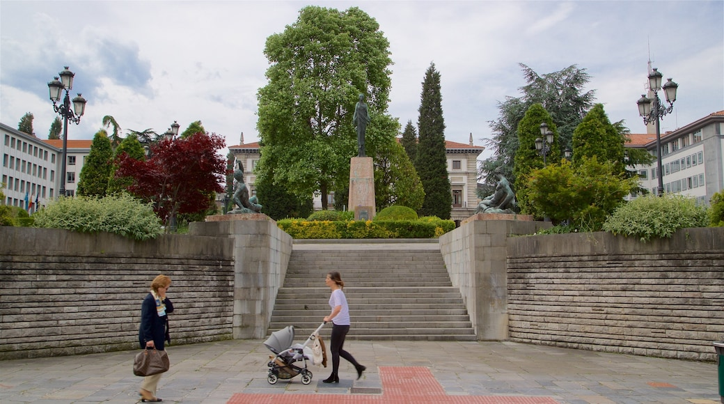Plaza de Espana showing street scenes, a statue or sculpture and a garden