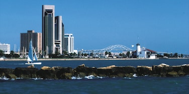 Corpus Christi showing a bay or harbor, skyline and a coastal town