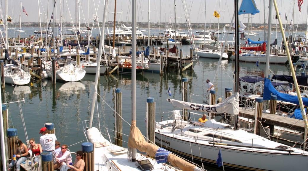 Nantucket que incluye un club náutico, botes y una bahía o un puerto