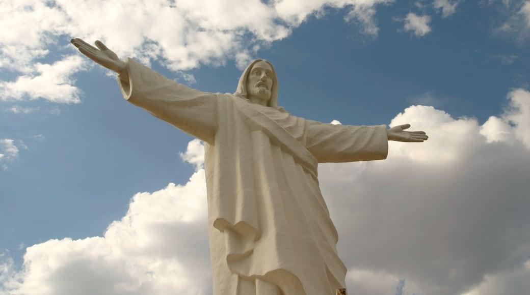 Cuzco mostrando uma estátua ou escultura e um monumento