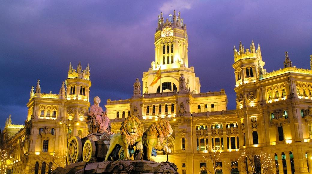 Plaza de Cibeles welches beinhaltet Statue oder Skulptur, bei Nacht und Stadt