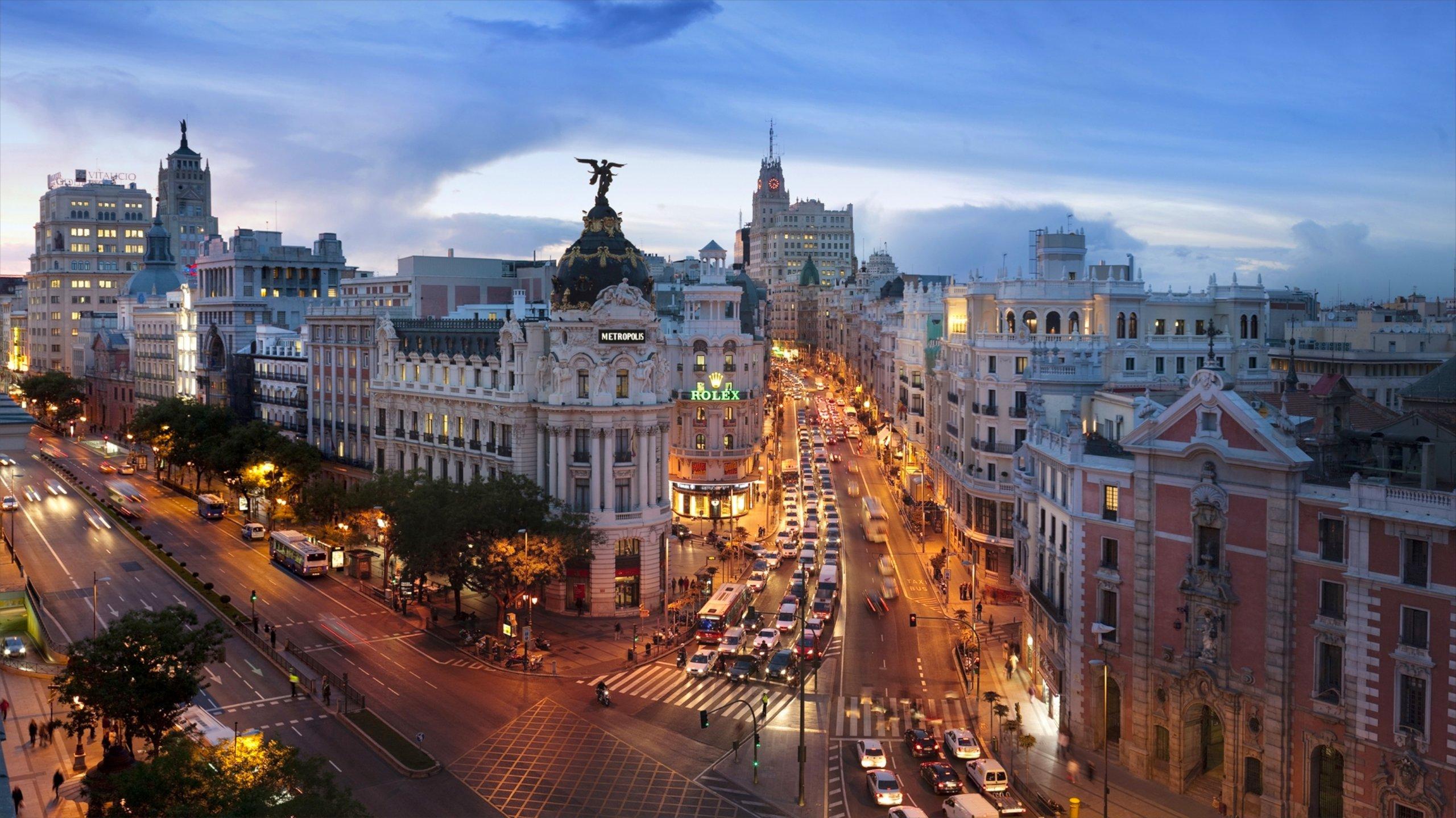 La famosa calle comercial de Madrid cuenta con boutiques y tiendas de marcas internacionales, una animada vida nocturna y un impresionante despliegue arquitectónico de principios del siglo XX.