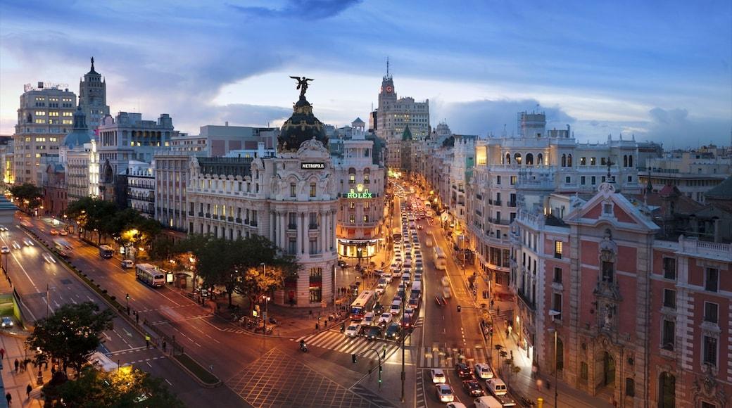 Gran Vía - Puerta del Sol ofreciendo una ciudad, escenas nocturnas y vistas panorámicas