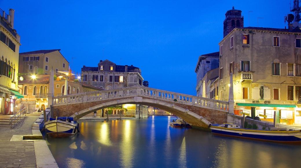 Venecia ofreciendo un río o arroyo, embarcaciones y escenas nocturnas