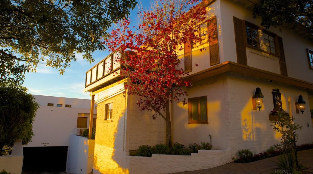 Carmel som viser et hus, en solnedgang og efterårsfarver