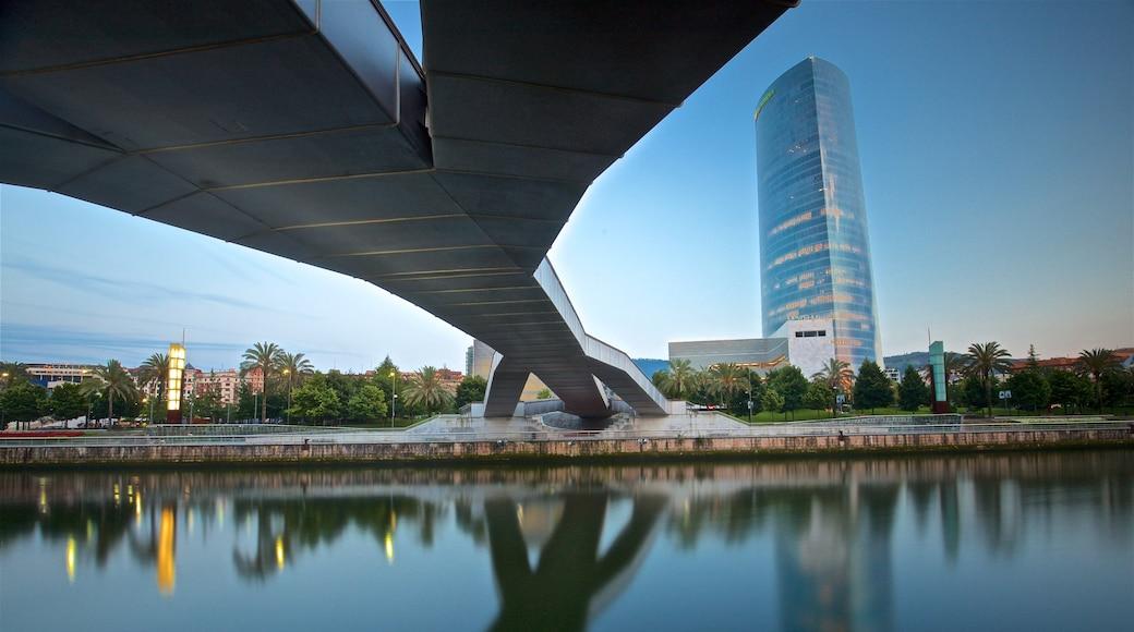 Bilbao que incluye una ciudad, un puente y un rascacielos