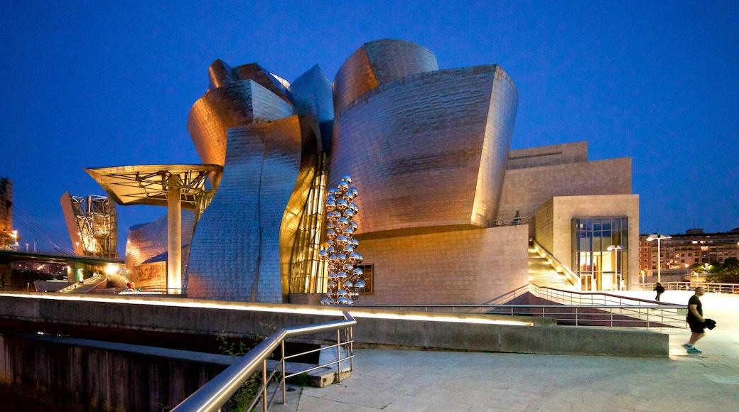 Museo Guggenheim Bilbao ofreciendo arquitectura moderna y escenas nocturnas