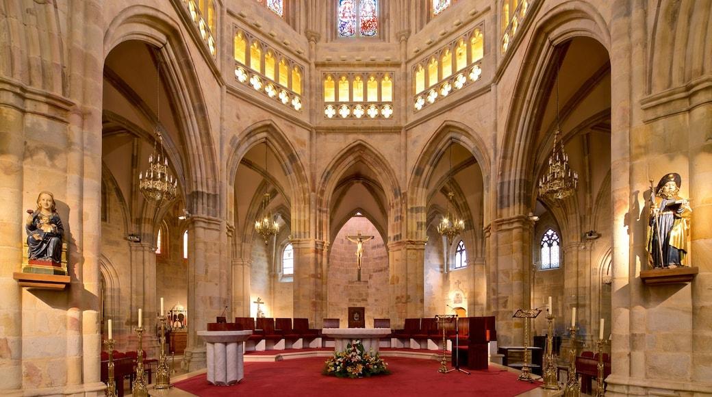 Catedral de Santiago que incluye elementos patrimoniales, vistas de interior y una iglesia o catedral