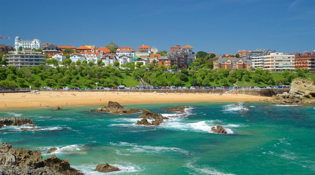 El Sardinero Beach showing rugged coastline, general coastal views and a coastal town