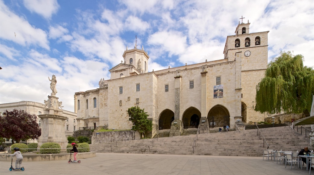 Santander Cathedral featuring a statue or sculpture, a square or plaza and heritage architecture