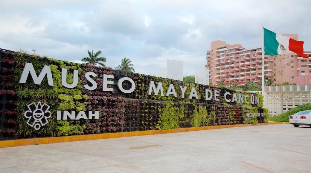 Maya Cancun Museum toont bewegwijzering en een tuin