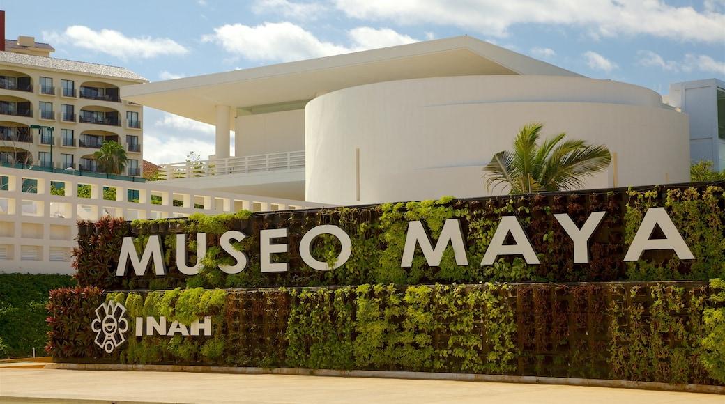 Maya Cancun Museum toont een park en bewegwijzering