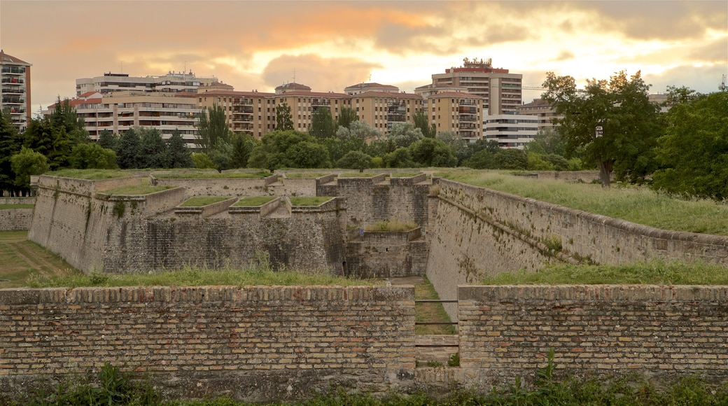 Ciudadela mostrando elementos patrimoniales, una ciudad y un atardecer