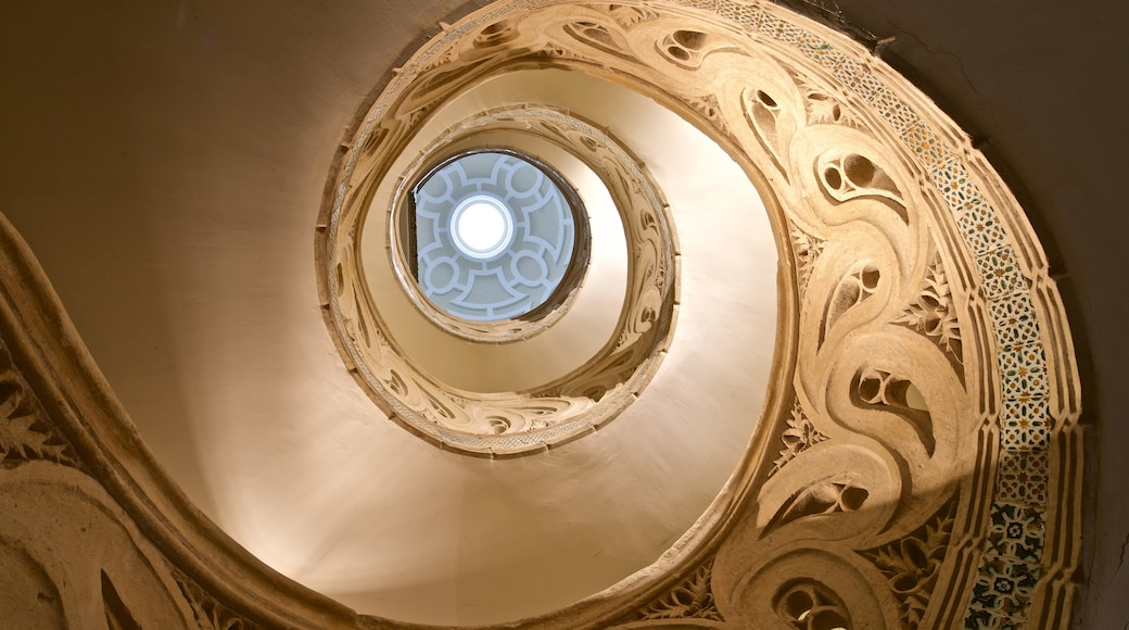 Catedral de Pamplona ofreciendo vistas de interior y elementos patrimoniales