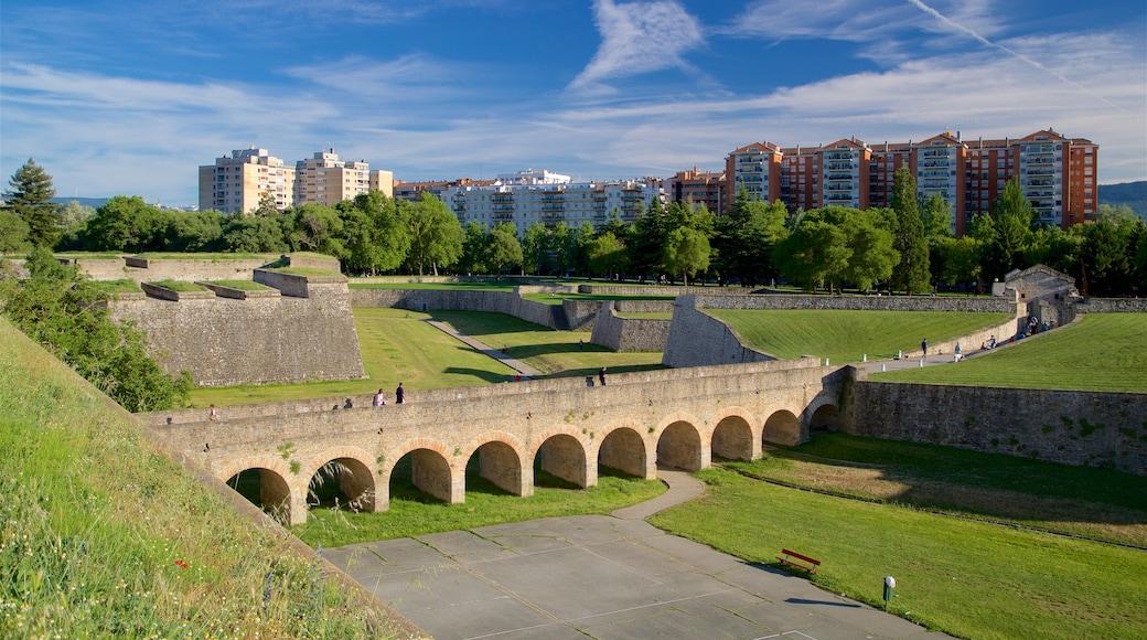 Ciudadela toont een tuin, een stad en historisch erfgoed