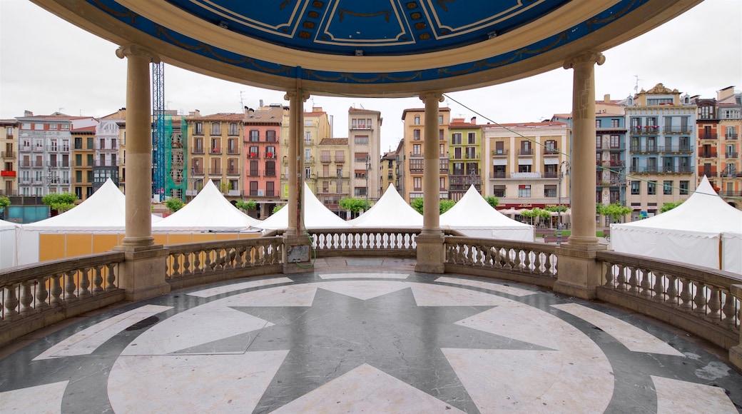 Plaza del Castillo qui includes ville