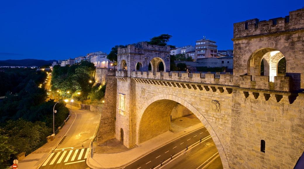 Centre d'interprétation et muraille de la ville de Pampelune qui includes pont, patrimoine architectural et scènes de nuit