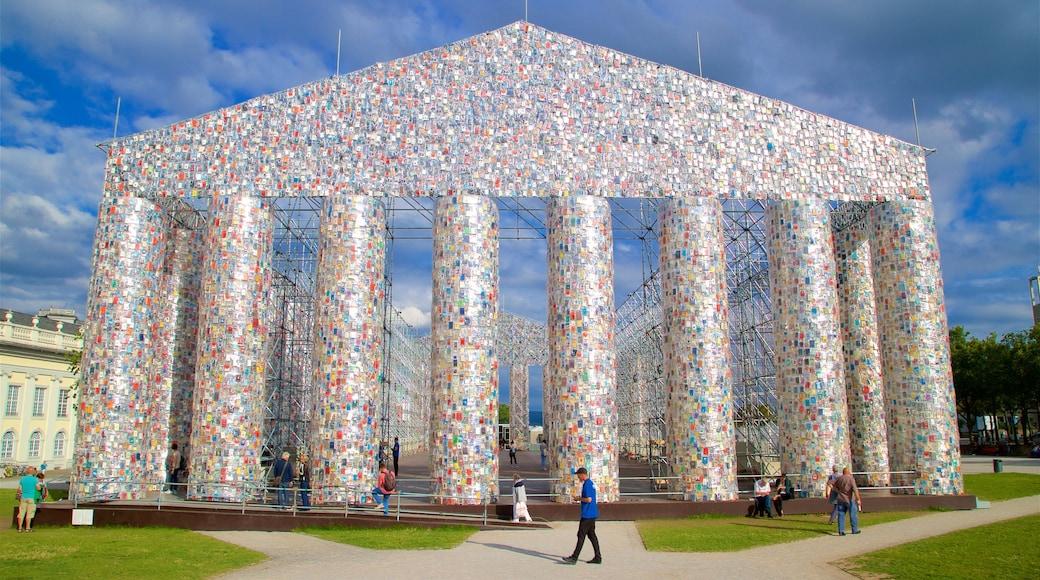 Kassel das einen Outdoor-Kunst sowie kleine Menschengruppe