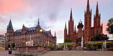 Marktbrunnen das einen historische Architektur, Sonnenuntergang und Kirche oder Kathedrale