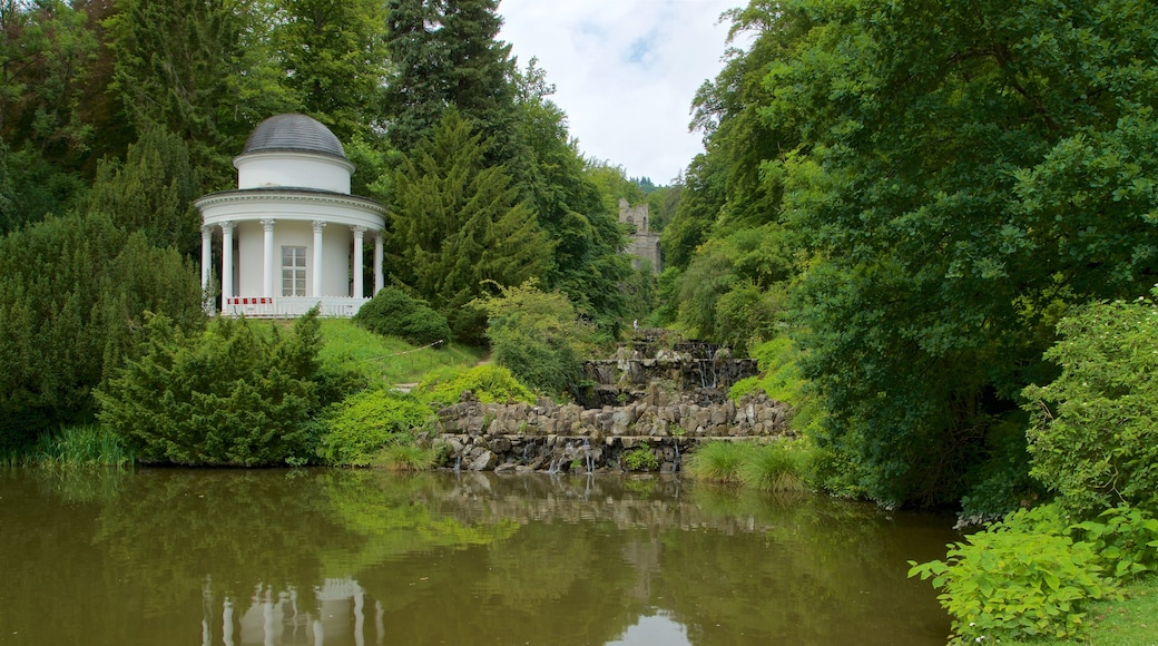 Bergpark Wilhelmshoehe mit einem See oder Wasserstelle