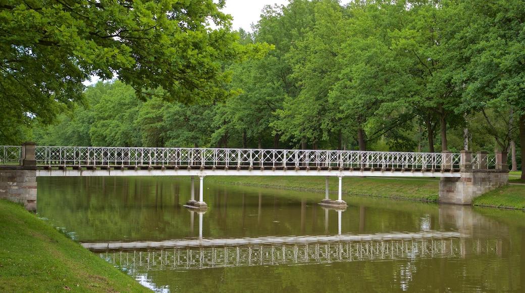 Staatspark Karlsaue mit einem Fluss oder Bach und Brücke