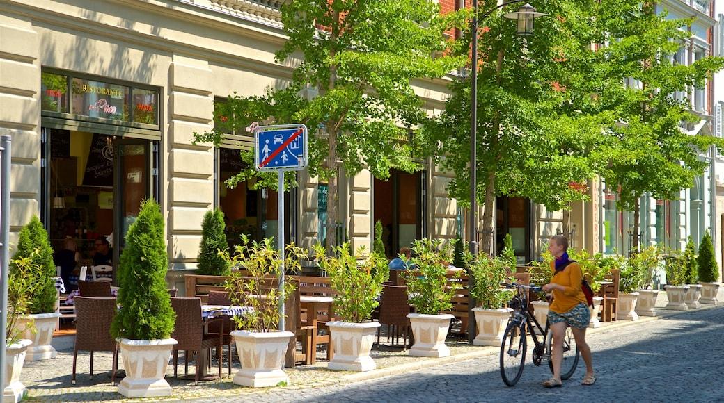 Weimar welches beinhaltet Fahrradfahren sowie einzelne Frau